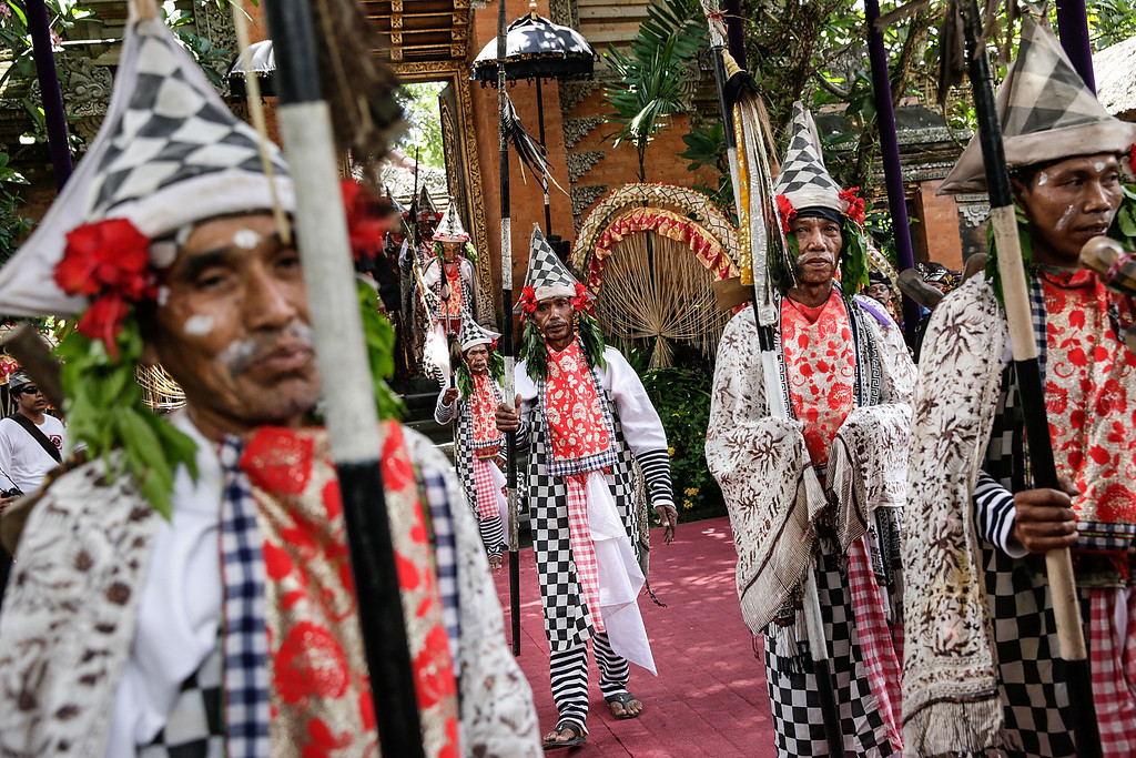 Description of . Balinese dancers hold spears as they prepare to walk to the cemetery during the Royal cremation ceremony on November 1, 2013 in Ubud, Bali, Indonesia. (Photo by Agung Parameswara/Getty Images)