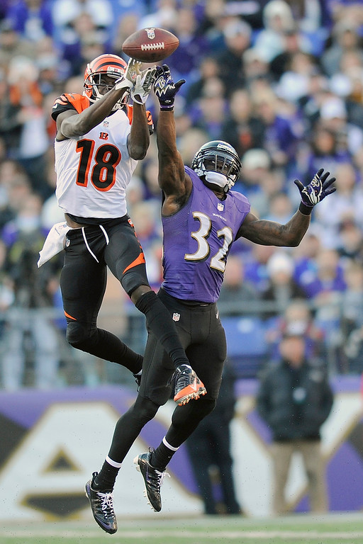 Description of . Cincinnati Bengals wide receiver A.J. Green pulls in a pass under pressure from Baltimore Ravens strong safety James Ihedigbo during the second half of a NFL football game in Baltimore, Sunday, Nov. 10, 2013. (AP Photo/Nick Wass)