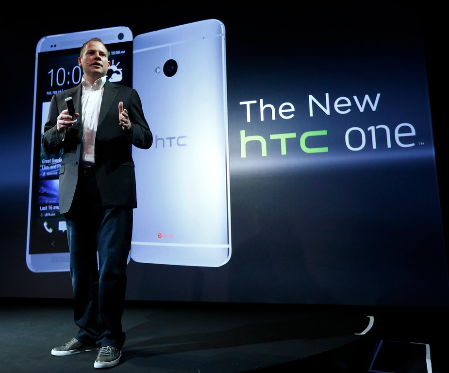 Description of . HTC president Jason Mackenzie shows the new HTC One during a launch event in New York, February 19, 2013. REUTERS/Brendan McDermid