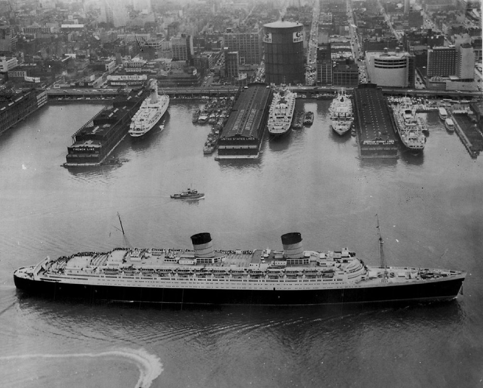 Description of . The liner Queen Elizabeth moves past four newly-arrived liners at Hudson River piers on Jul. 10, 1962 as she departs for Europe with 1,899 passengers abroad.