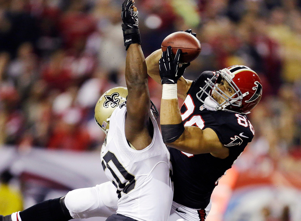 Description of . Atlanta Falcons tight end Tony Gonzalez (88) makes a catch for a touchdown as New Orleans Saints Saints middle linebacker Curtis Lofton (50) defends during the first half of an NFL football game, Thursday, Nov. 29, 2012, in Atlanta. (AP Photo/David Goldman)