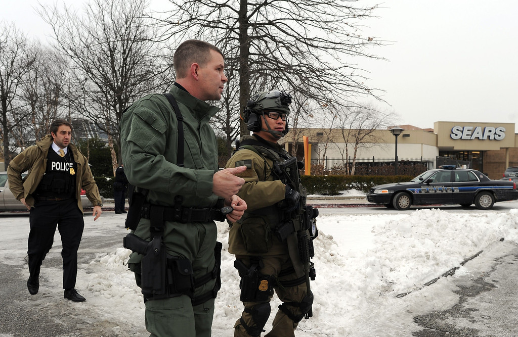 Description of . Emergency responders arrive at the Columbia Mall after a fatal shooting on January 25, 2014, in Columbia, Maryland. AFP PHOTO/Jewel  SAMAD/AFP/Getty Images