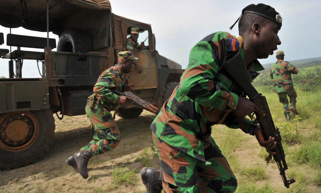 Description of . Soldiers from Ivory Coast's Republican Forces (FRCI) take part in a military exercise with French troops from the