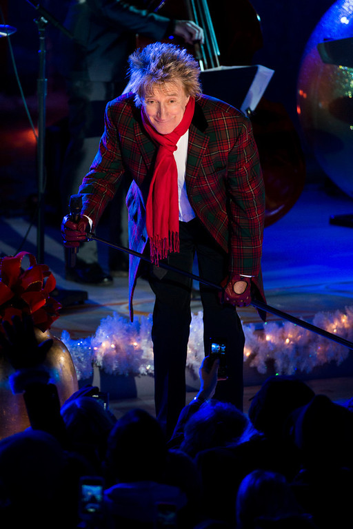 Description of . Rod Stewart performs at the 80th annual Rockefeller Center Christmas tree lighting ceremony on Wednesday, Nov. 28, 2012 in New York. (Photo by Charles Sykes/Invision/AP)