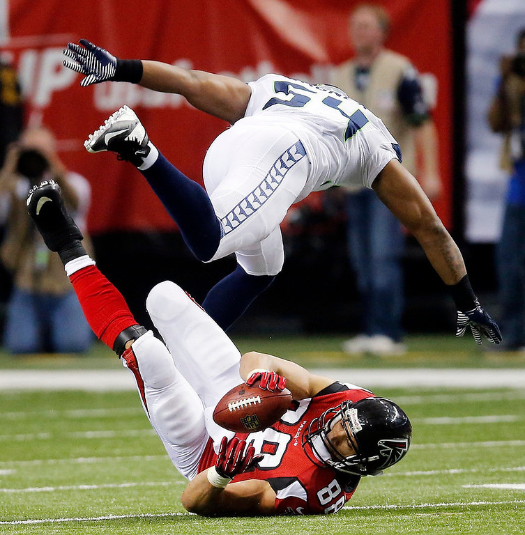 Description of . Atlanta Falcons tight end Tony Gonzalez (88) makes the catch under Seattle Seahawks middle linebacker Bobby Wagner (54) during the second half of an NFC divisional playoff NFL football game Sunday, Jan. 13, 2013, in Atlanta. (AP Photo/John Bazemore)