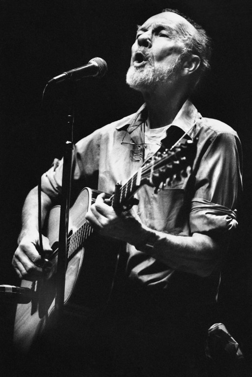 Description of . Folk singer Pete Seeger sings in a one-man benefit concert in Berkeley, Calif., at the Berkeley Community Theater, Feb. 25, 1984. The sold-out concert was a benefit for the San Francisco Folk Music Center, the Woodie Guthrie Foundation and Seeger's folk music magazine, 'Sing Out.' (AP Photo/Mark Costantini)
