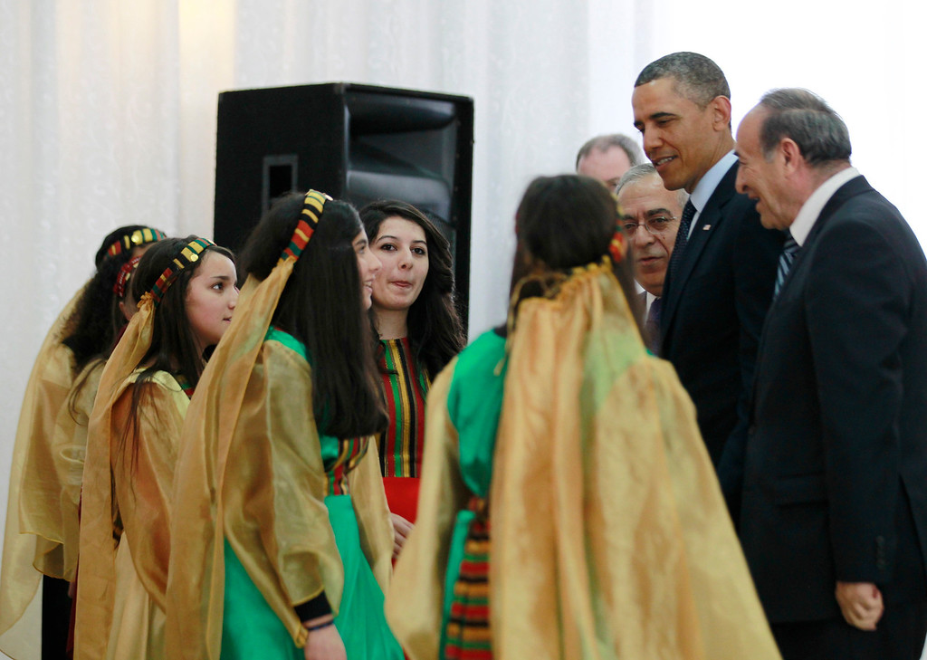 Description of . U.S. President Barack Obama speaks to young Palestinian dancers after watching them perform during his visit to the Al-Bireh Youth Center in Ramallah, March 21, 2013.   REUTERS/Jason Reed