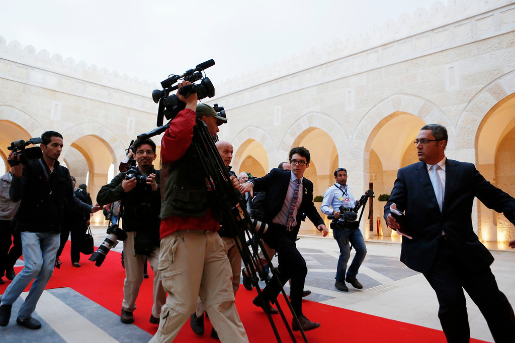 Description of . Members of the press following U.S. President Barack Obama rush towards a meeting hosted by Jordan's King Abdullah II at Al Hummar Palace in Amman, Jordan, March 22, 2013.    REUTERS/Larry Downing