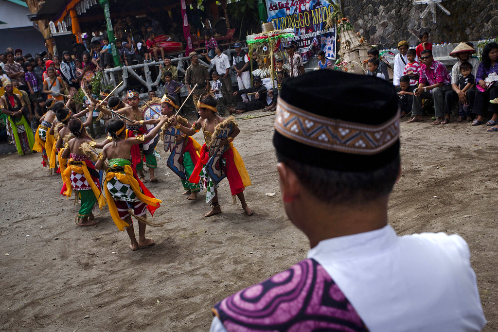 Description of . KLATEN, CENTRAL JAVA, INDONESIA - DECEMBER 25:  Indonesian Javanese Christians children perform traditional dance during the Rainwater ritual known as 'Ngunduh Hujan' as part of community of slope mount merapi celebrate Christmas on December 25, 2013 in Klaten, Central Java, Indonesia. The ritual is performed to grateful for the blessing of rain water that has been given by nature to the community of slope mount merapi for decades. Christmas is a national holiday in Indonesia, despite only eight percent of the population identifying as Christian. (Photo by Ulet Ifansasti/Getty Images)