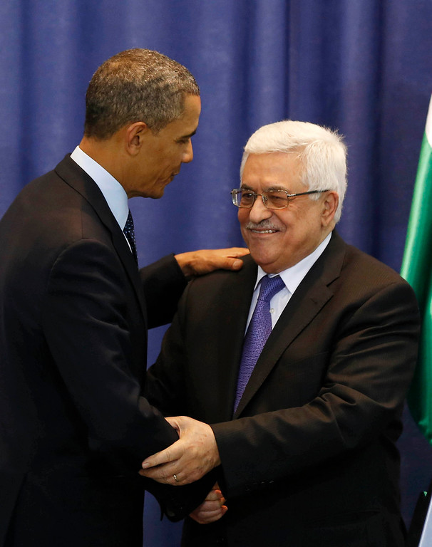 Description of . U.S. President Barack Obama (L) and Palestinian President Mahmoud Abbas shake hands at the end of a news conference at the Muqata Presidential Compound in the West Bank City of Ramallah March 21, 2013.     REUTERS/Larry Downing