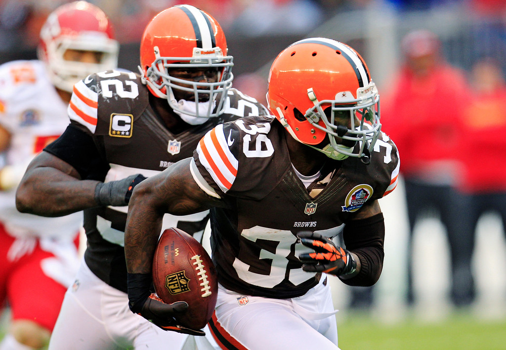 Description of . Cleveland Browns cornerback Tashaun Gipson (39) returns an interception against the Kansas City Chiefs in the thid quarter of an NFL football game, Sunday, Dec. 9, 2012, in Cleveland. Browns linebacker D\'Qwell Jackson (52) follows Gipson. (AP Photo/Tony Dejak)