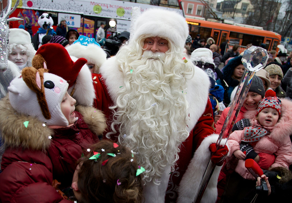 Description of . Russian Ded Moroz (Father Frost)  arrives in Moscow Zoo, as a part of a New Year celebrations, in Moscow, Russia, on Wednesday, Dec. 25, 2013. Russians celebrate Orthodox Christmas on Jan. 7.(AP Photo/ Ivan Sekretarev)