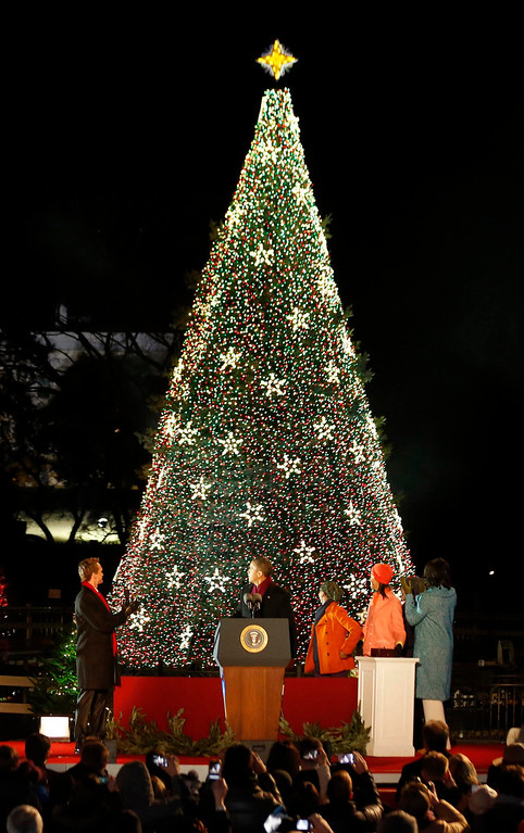 Description of . U.S. President Barack Obama (2nd L), first lady Michelle Obama (R), and their daughters Malia (3rd R) and Sasha (3rd R) participate with host Neil Patrick Harris (L) in the 90th lighting of the National Christmas tree in front of the White House in Washington, December 6, 2012.     REUTERS/Jason Reed