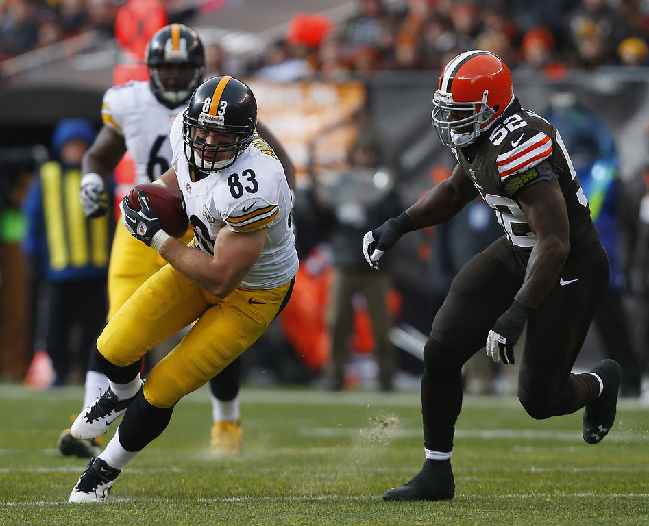 Description of . Tight end Heath Miller #83 of the Pittsburgh Steelers runs the ball by linebacker D\'Qwell Jackson #52 of the Cleveland Browns at FirstEnergy Stadium on November 24, 2013 in Cleveland, Ohio.  (Photo by Matt Sullivan/Getty Images)