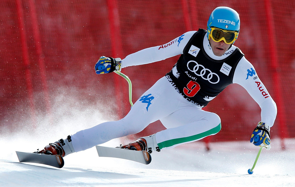 Description of . Christof Innerhofer of Italy skis past a gate on his way to winning the men's World Cup downhill ski race in Beaver Creek, Colorado, November 30, 2012.    REUTERS/Mike Segar