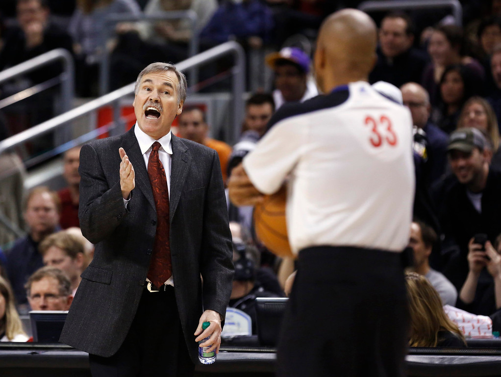 Description of . Los Angeles Lakers head coach Mike D'Antoni reacts to a call against the Toronto Raptors during the first half of their NBA basketball game in Toronto, January 20, 2013.     REUTERS/Mark Blinch