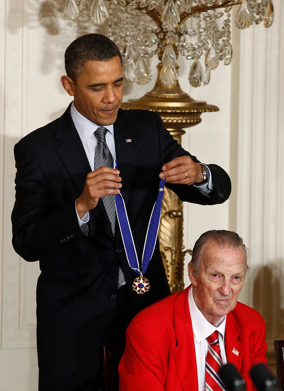 Description of . U.S. President Barack Obama awards the Medal of Freedom to baseball legend Stan Musial at the White House in Washington in this February 15, 2011 file photograph. Musial, who used an unorthodox batting style to become one of the sport's greatest hitters in 22 seasons with the St. Louis Cardinals, died on January 19, 2013 at age 92, his former team said in a statement.    REUTERS/Larry Downing/Files   (UNITED STATES - Tags: POLITICS SPORT BASEBALL OBITUARY)