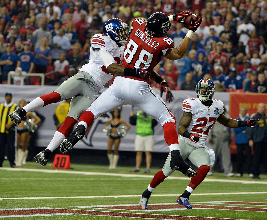 Description of . Atlanta Falcons tight end Tony Gonzalez (88) makes the catch in the end zone as New York Giants defensive back Will Hill (31) and New York Giants strong safety Stevie Brown (27) defend during the first half of an NFL football game on Sunday, Dec. 16, 2012, in Atlanta. (AP Photo/Rich Addicks)