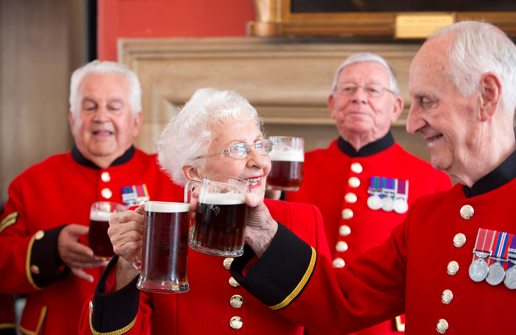 Description of . Chelsea pensioners toast the birth of a baby boy born to Britain\'s Prince William and Catherine, Duchess of Cambridge at the Royal Chelsea Hospital in London July 23, 2013.  REUTERS/Neil Hall