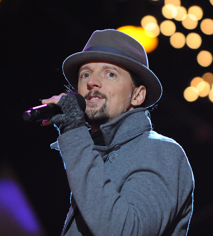 Description of . WASHINGTON, DC - DECEMBER 6: (AFP OUT) Singer and songwriter Jason Mraz performs at the concert during the 90th National Christmas Tree Lighting Ceremony on the Ellipse behind the White House on December 6, 2012 in Washington, DC. This year is the 90th annual National Christmas Tree Lighting Ceremony. (Photo by Olivier Douliery-Pool/Getty Images)