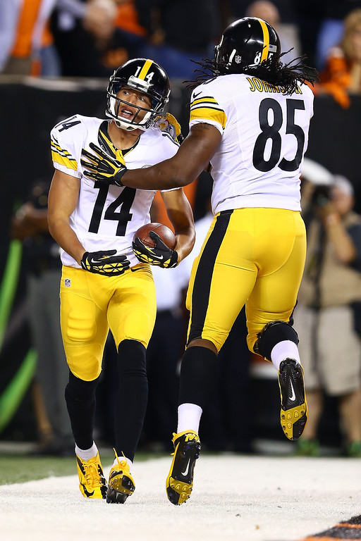 Description of . Wide receiver Derek Moye #14 of the Pittsburgh Steelers celebrates with teammate David Johnson #85 of the Pittsburgh Steelers after Moye scores a one-yard touchdown against the Cincinnati Bengals at Paul Brown Stadium on September 16, 2013 in Cincinnati, Ohio.  (Photo by Andy Lyons/Getty Images)