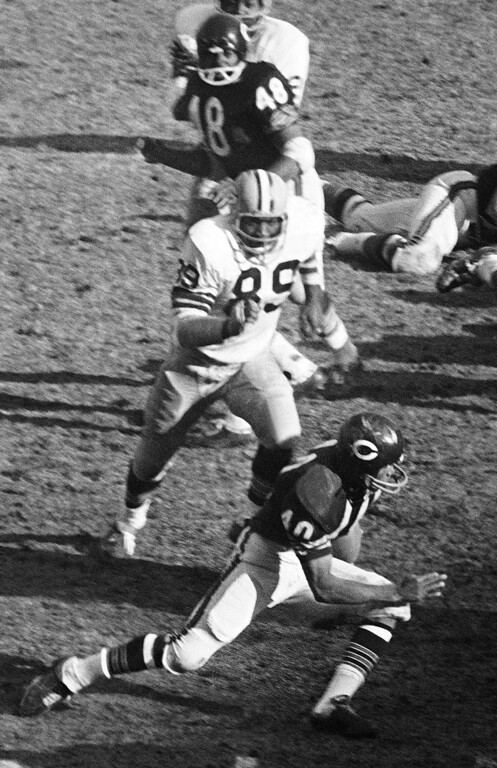 Description of . FILE - In this Nov. 27, 1967, file photo, Green Bay Packers Dave Robinson (89) chases Chicago Bears' Gale Sayers (40) during an NFL football game in Chicago. Robinson was selected to the Pro Football Hall of Fame on Saturday, Feb. 2, 2013. (AP Photo/Larry Stoddard, File)