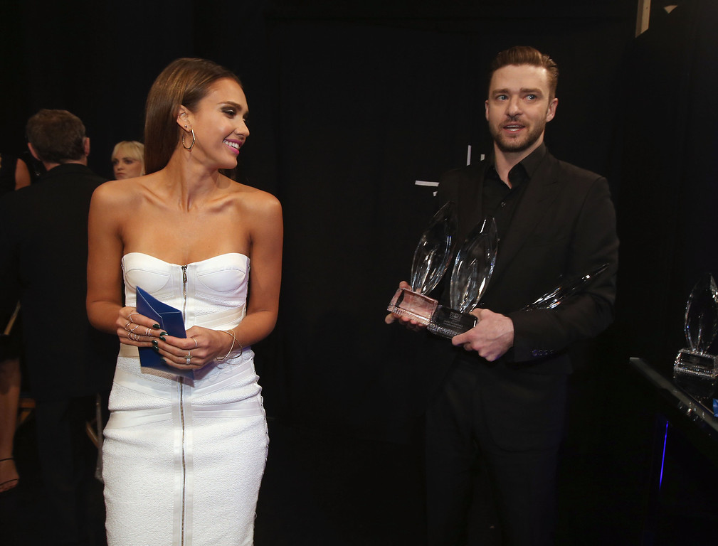 Description of . LOS ANGELES, CA - JANUARY 08:  Actress Jessica Alba and actor/singer Justin Timberlake pose with the award for Favorite Album during The 40th Annual People's Choice Awards at Nokia Theatre L.A. Live on January 8, 2014 in Los Angeles, California.  (Photo by Christopher Polk/Getty Images for The People's Choice Awards)
