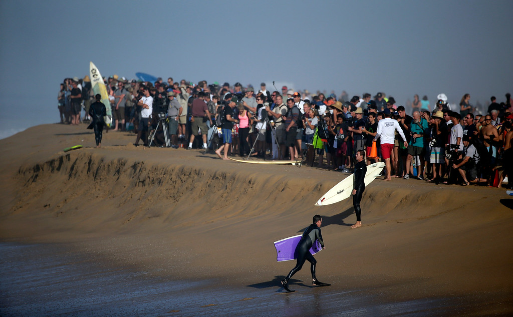 Description of . A large crowd gathers to watch surfers and body surfer ride waves at the wedge on Wednesday, Aug. 27, 2014 in Newport Beach, Calif. Beach goers experienced much higher than normal surf, brought on by Hurricane Marie spinning off the coast on Mexico. (AP Photo/Chris Carlson)