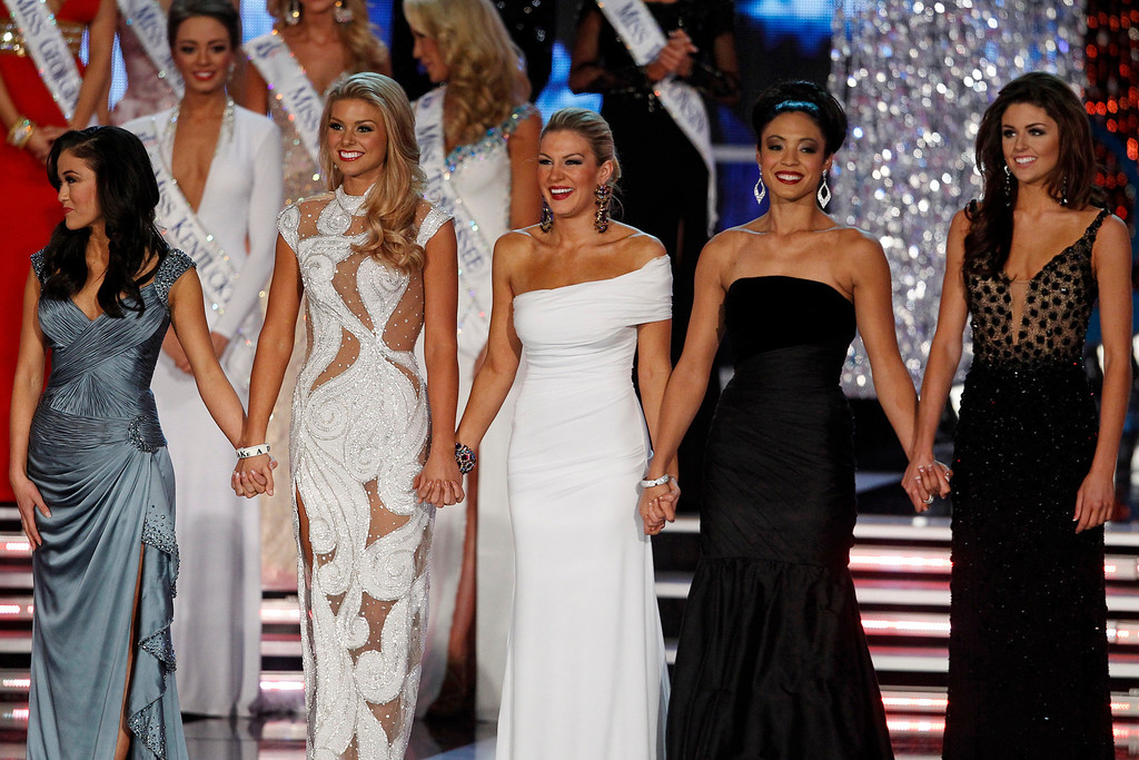 Description of . Miss New York Mallory Hytes Hagan (C) waits onstage with other finalists during the Miss America Pageant in Las Vegas January 12, 2013. From left are: Miss Oklahoma Alicia Clifton, Miss South Carolina Ali Rogers, Hagan, Miss Iowa Mariah Cary, and Miss Wyoming Lexie Madden. Hagan was later named Miss America 2013. REUTERS/Steve Marcus