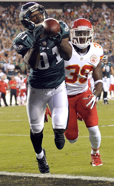 Description of . Philadelphia Eagles' Jason Avant, left, pulls in a touchdown pass as Kansas City Chiefs' Husain Abdullah defends during the first half of an NFL football game, Thursday, Sept. 19, 2013, in Philadelphia. (AP Photo/Michael Perez)