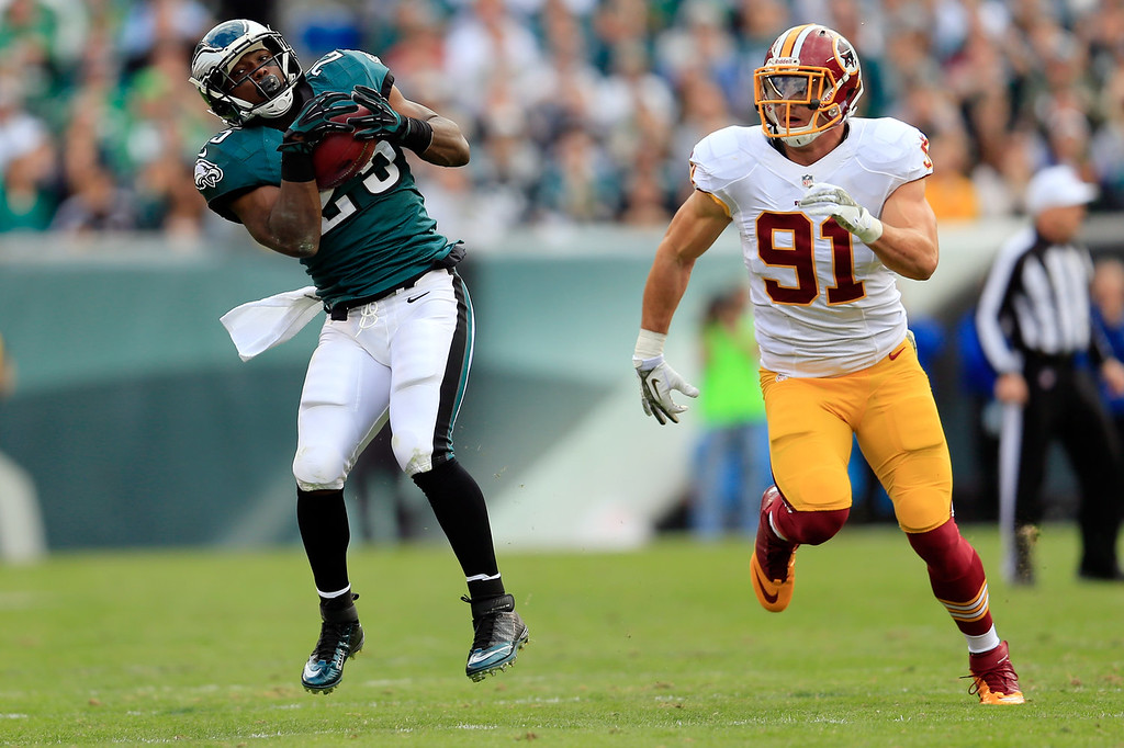 Description of . Running back LeSean McCoy #25 of the Philadelphia Eagles catches a pass in front of outside linebacker Ryan Kerrigan #91 of the Washington Redskins during the first half at Lincoln Financial Field on November 17, 2013 in Philadelphia, Pennsylvania.  (Photo by Rob Carr/Getty Images)