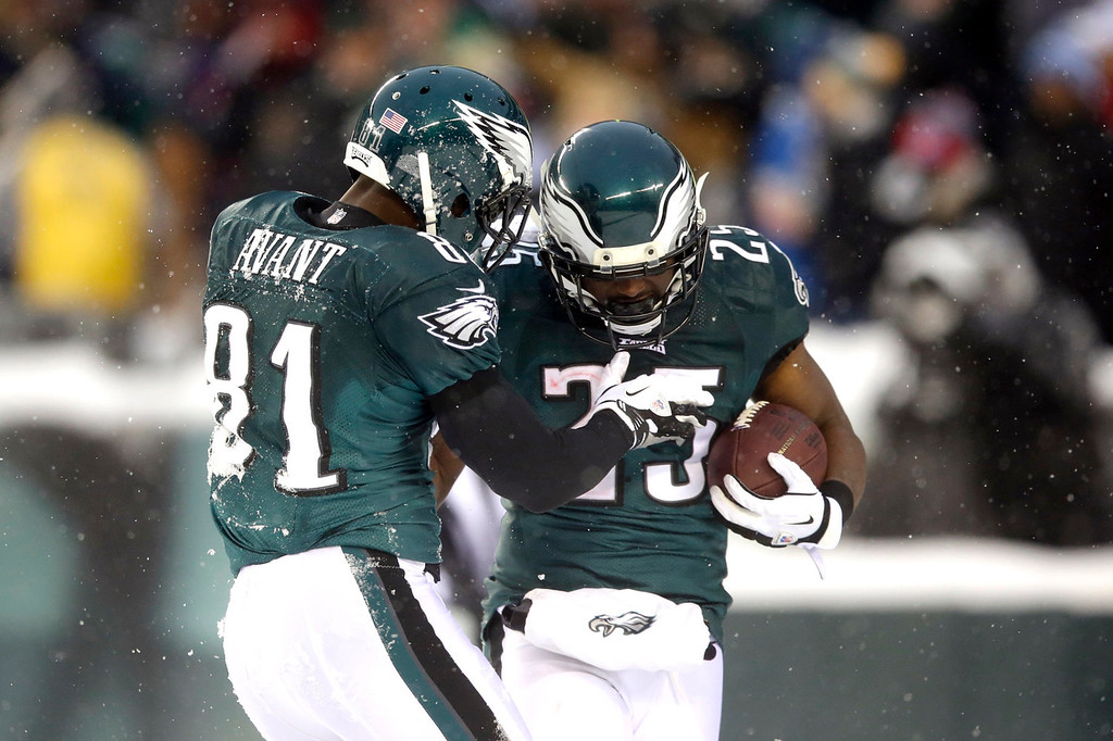 Description of . Philadelphia Eagles' LeSean McCoy, right, and Jason Avant celebrate after MCCoy's touchdown during the second half of an NFL football game, Sunday, Dec. 8, 2013, in Philadelphia. (AP Photo/Michael Perez)