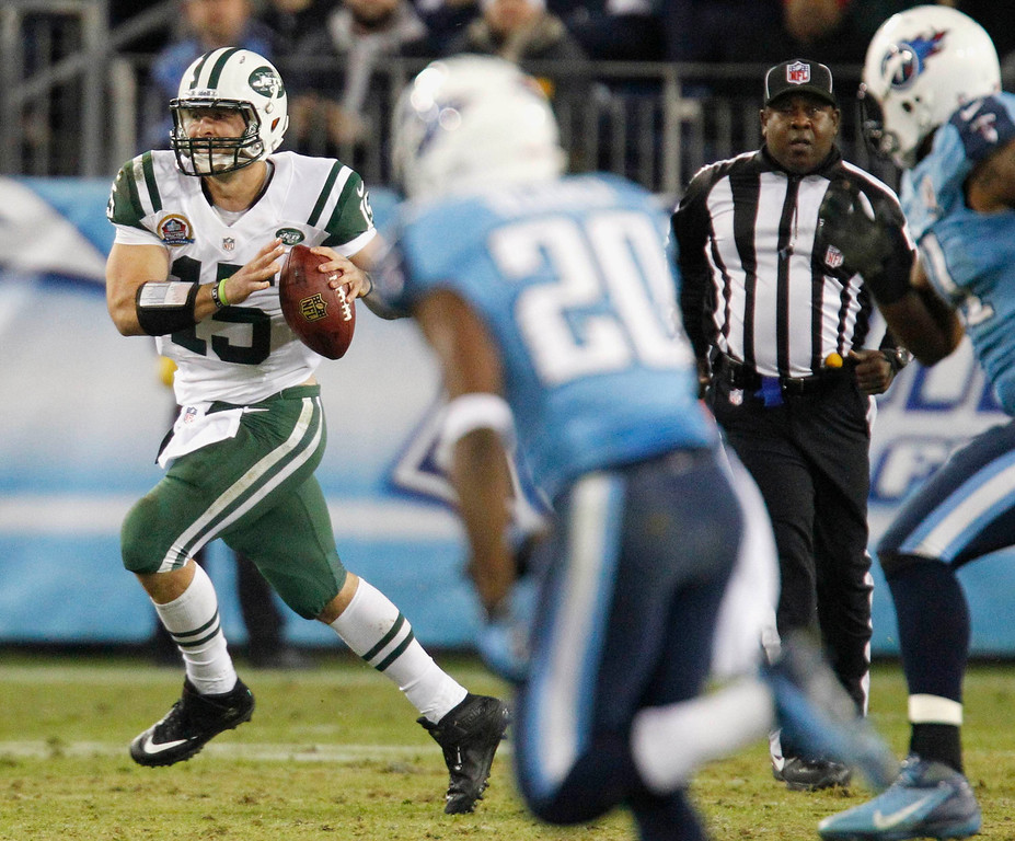 Description of . New York Jets' quarterback Tim Tebow (15) looks for a receiver up field in the first half of their NFL Monday Night football game with the Tennessee Titans in Nashville, Tennessee December 17, 2012. REUTERS/Harrison McClary (UNITED STATES - Tags: SPORT FOOTBALL)