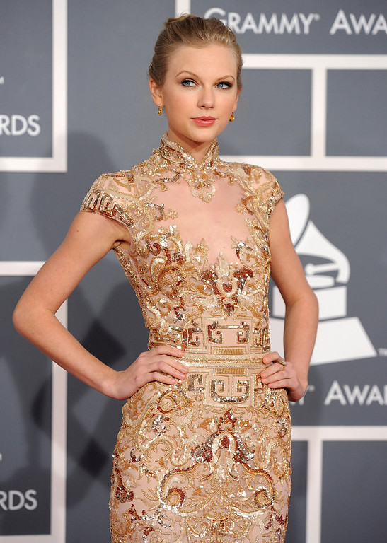 Description of . Taylor Swift arrives at the 54th annual Grammy Awards on Sunday, Feb. 12, 2012 in Los Angeles. (AP Photo/Chris Pizzello)