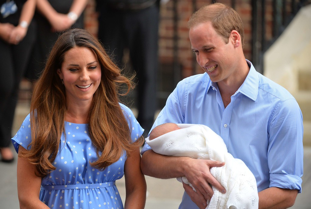 Description of . Prince William and Catherine, Duchess of Cambridge show their new-born baby boy to the world\'s media outside the Lindo Wing of St Mary\'s Hospital in London on July 23, 2013.  AFP PHOTO / LEON NEAL/AFP/Getty Images
