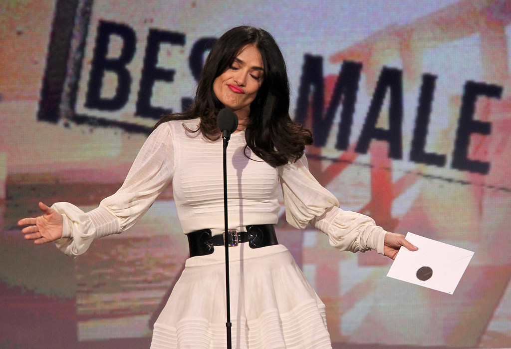 Description of . Actress Salma Hayek presents the award for best male lead at the 2013 Film Independent Spirit Awards in Santa Monica, California February 23, 2013.   REUTERS/David McNew
