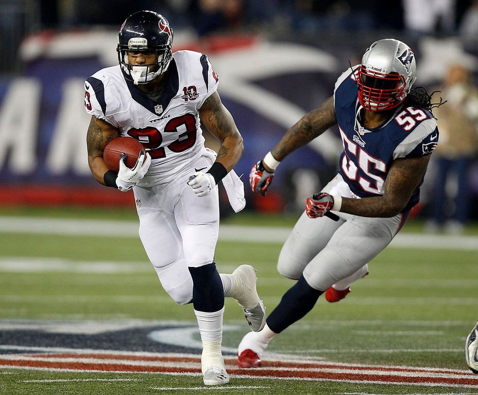 Description of . Houston Texans running back Arian Foster (23) is chased by New England Patriots middle linebacker Brandon Spikes during the first half of an AFC divisional playoff NFL football game in Foxborough, Mass., Sunday, Jan. 13, 2013. (AP Photo/Stephan Savoia)