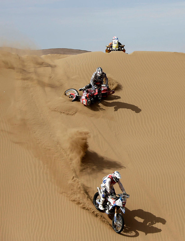 Description of . Motorcyclists compete during the 6th stage of the Dakar Rally from Arica to Calama, January 10, 2013. Picture taken January 10, 2013.  REUTERS/Jacky Naegelen