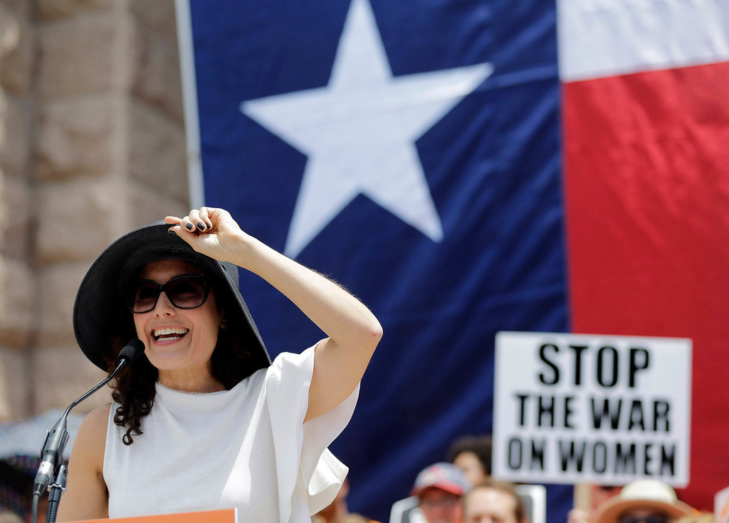 Description of . Actress Lisa Edelstein speaks during a rally supporting abortion rights outside the Texas Capitol, Monday, July 1, 2013, in Austin, Texas. The Texas Senate has convened for a new 30-day special session to take up contentious abortion restrictions bill and other issues. (AP Photo/Eric Gay)