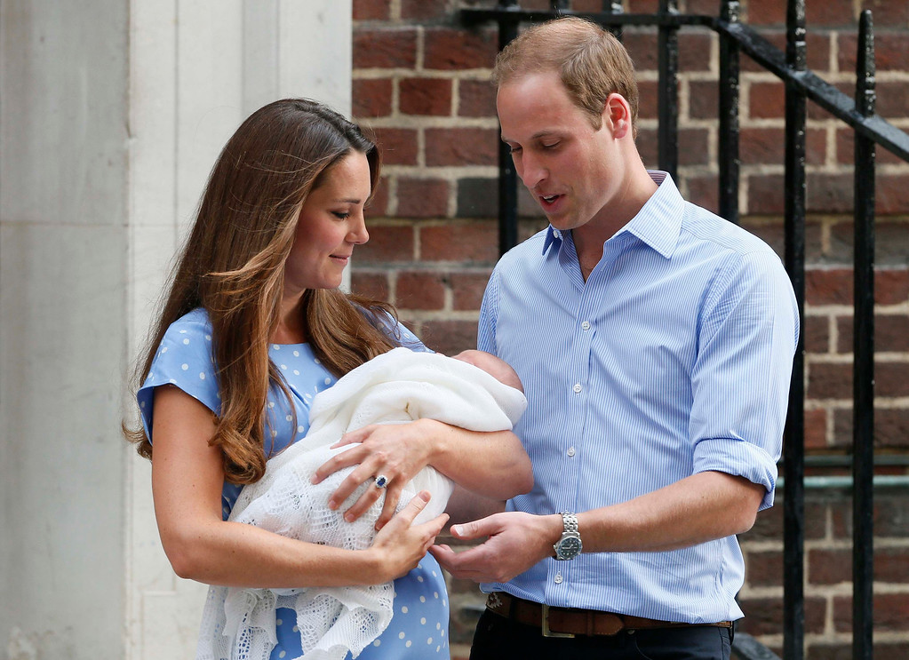 Description of . Britain\'s Prince William and his wife Catherine, Duchess of Cambridge appear with their baby son, as they stand outside the Lindo Wing of St Mary\'s Hospital, in central London July 23, 2013.   REUTERS/Stefan Wermuth