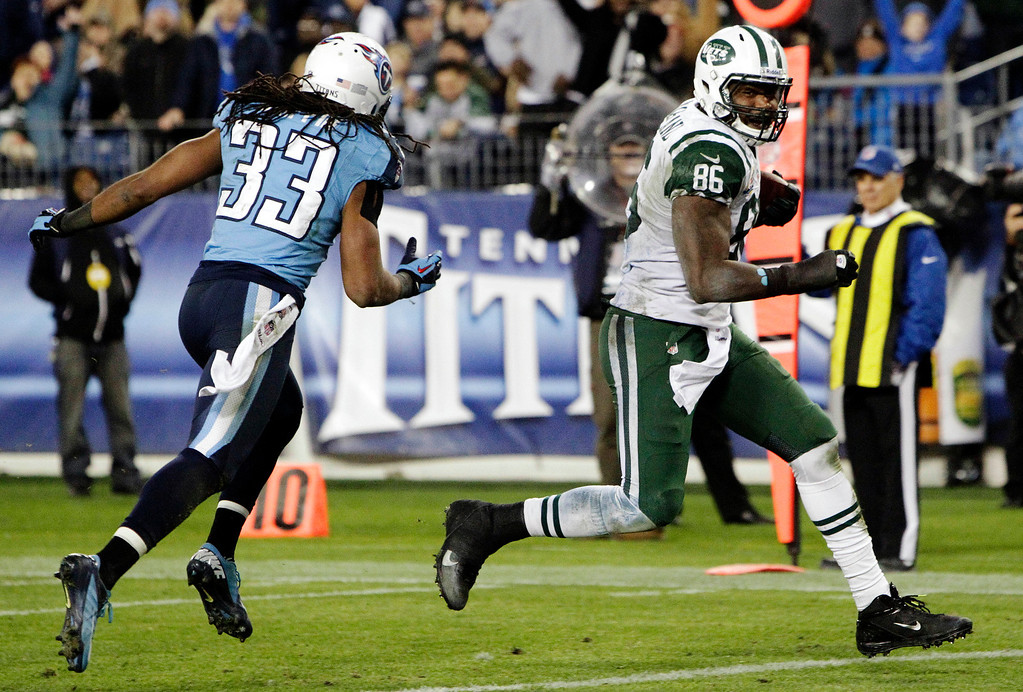 Description of . New York Jets tight end Jeff Cumberland (86) heads to the end zone for a touchdown ahead of Tennessee Titans' Michael Griffin (33) on a 17-yard pass play in the third quarter of an NFL football game, Monday, Dec. 17, 2012, in Nashville, Tenn. (AP Photo/Wade Payne)