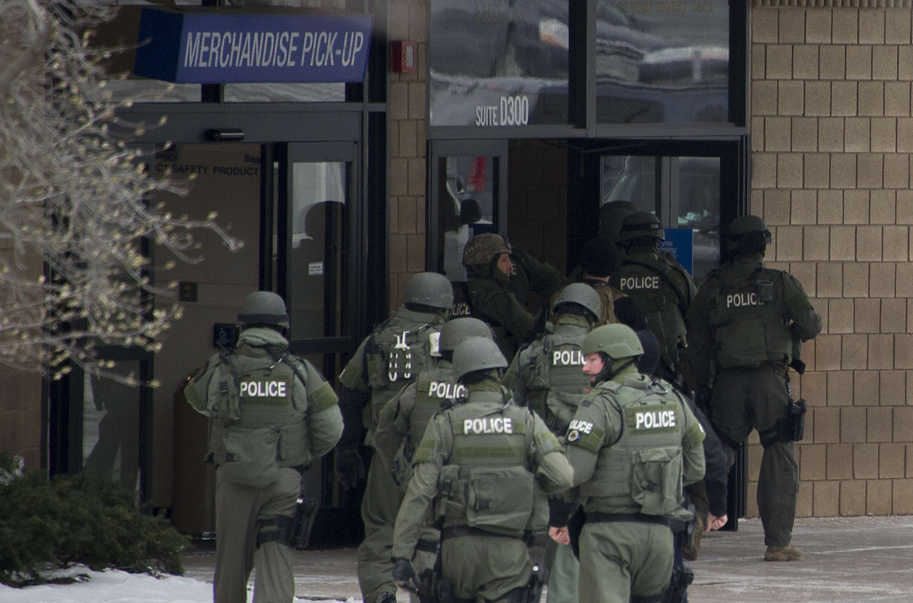 Description of . Police enter the Sears department store at the Columbia Mall after a fatal shooting on January 25, 2014, in Columbia, Maryland.     AFP PHOTO / Jim WATSON/AFP/Getty Images