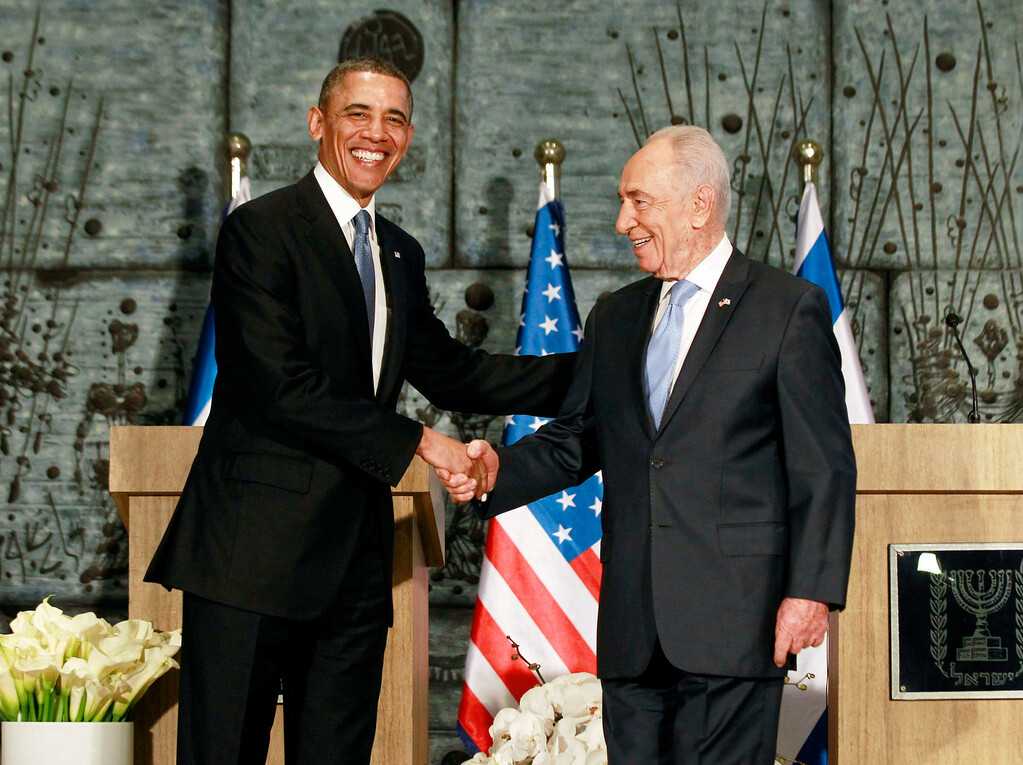 Description of . U.S. President Barack Obama (L) poses for a picture with Israel's President Shimon Peres following remarks at Peres' residence in Jerusalem March 20, 2013.  REUTERS/Jason Reed