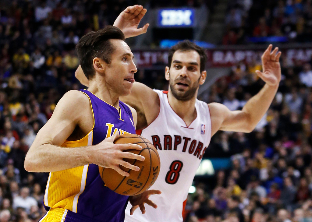 Description of . Los Angeles Lakers' Steve Nash drives to the net against Toronto Raptors' Jose Calderon (R) during the first half of their NBA basketball game in Toronto, January 20, 2013.     REUTERS/Mark Blinch