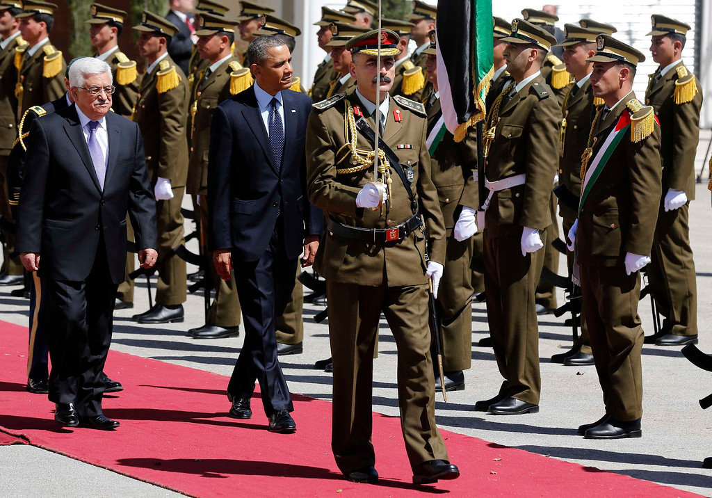 Description of . U.S. President Barack Obama and Palestinian President Mahmoud Abbas (L) review troops as they participate in an arrival ceremony at the Muqata Presidential Compound in the West Bank City of Ramallah March 21, 2013.     REUTERS/Larry Downing