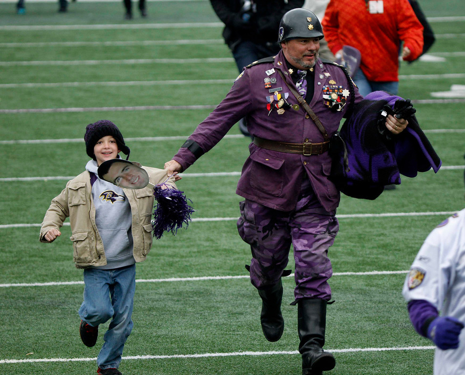 Description of . Fans of Super Bowl XLVII champion Baltimore Ravens run onto their home stadium's playing field before a rally in Baltimore February 5, 2013. The Ravens defeated the San Francisco 49ers to win the NFL championship.     REUTERS/Gary Camero