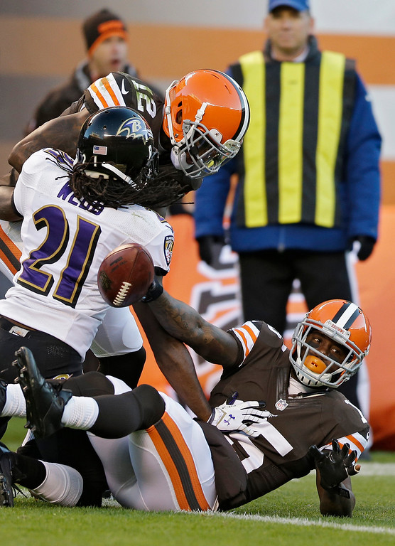 . Cleveland Browns wide receiver Davone Bess catches a 1-yard touchdown pass against Baltimore Ravens cornerback Lardarius Webb (21) in the first quarter of an NFL football game Sunday, Nov. 3, 2013, in Cleveland. (AP Photo/Tony Dejak)