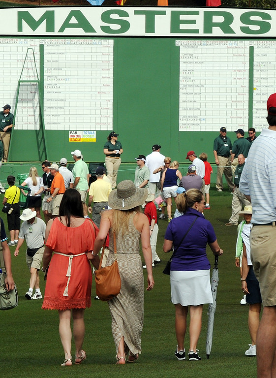 Description of . US skier Lindsey Vonn  (C) walks near the clubhouse as she waits for Tiger Woods of the US to tee off during the first round of the 77th Masters golf tournament at Augusta National Golf Club on April 11, 2013 in Augusta, Georgia.      DON EMMERT/AFP/Getty Images
