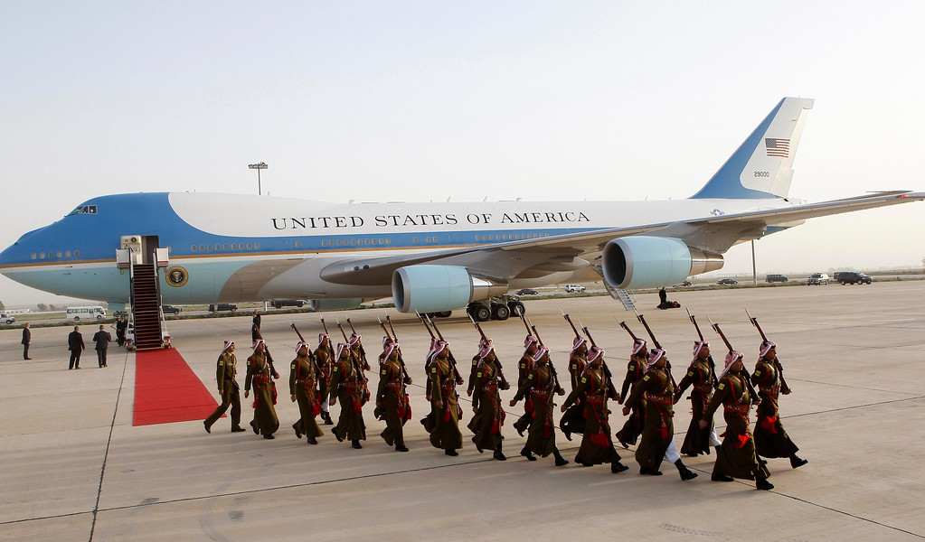 Description of . Jordanian Bedouin guards of honor march after a ceremony to greet U.S. President Barack Obama at Amman airport March 22, 2013.   REUTERS/Ali Jarekji