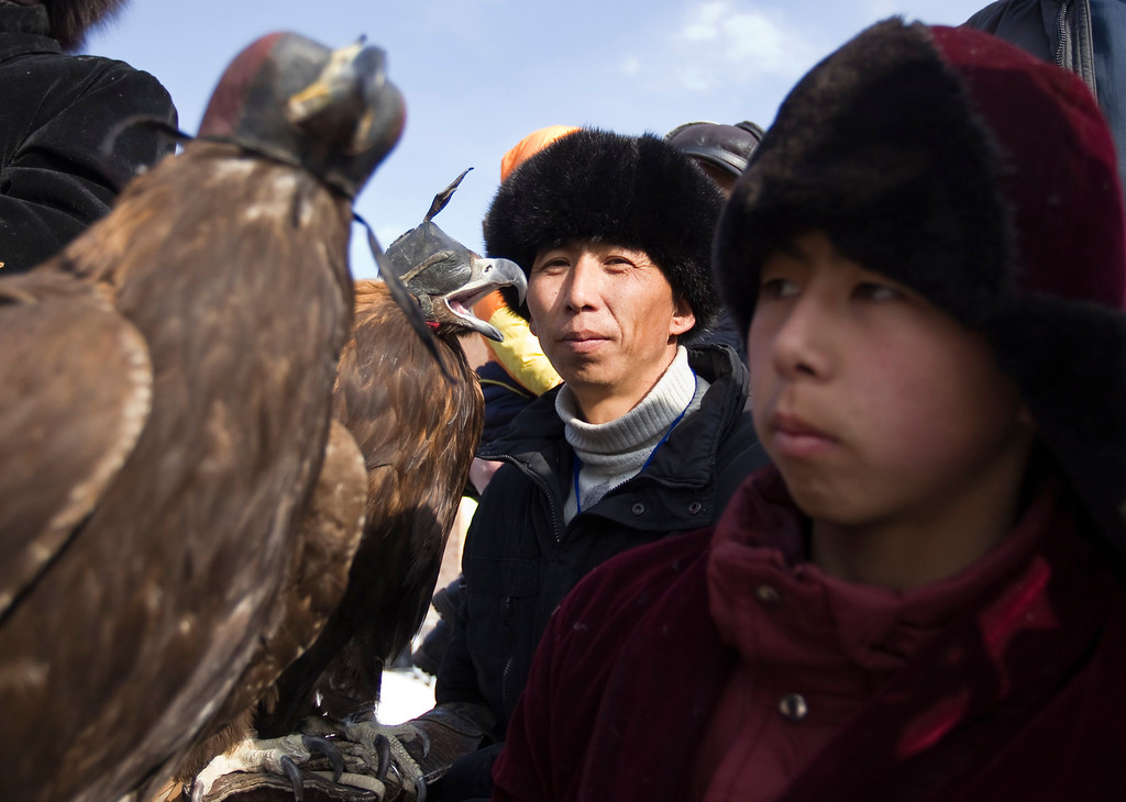 Description of . Kazakh hunters wait with their tamed golden eagles during an opening ceremony of an annual hunting competition in Chengelsy Gorge, some 150 km (93 miles) east of Almaty February 23, 2013. REUTERS/Shamil Zhumatov